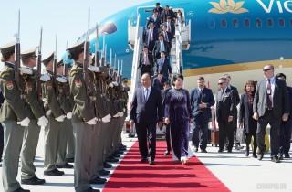 Thủ tướng đến Praha, bắt đầu thăm chính thức CH Czech