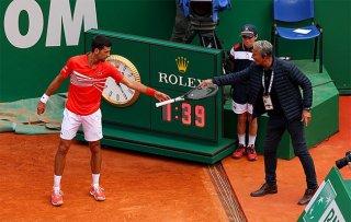 Quăng vợt theo bóng, Novak Djokovic suýt gây họa