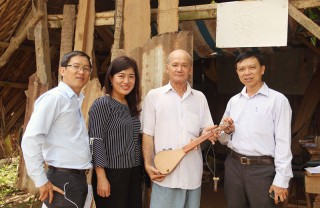 Nghệ nhân Sơn Bá với nhạc cụ Dừa
