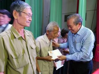 Phó thủ tướng Thường trực Chính phủ Trương Hòa Bình trao học bổng cho học sinh