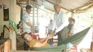 Trao tiền hỗ trợ bệnh nhân nghèo xã Mỹ Hưng