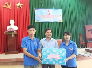 """Thăm và tặng quà cho đội hình """"Niềm tin xanh"""" hoạt động tại xã Phú Hưng"""