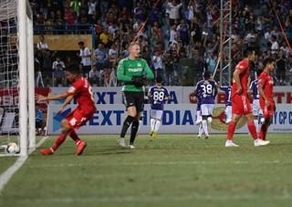 Vòng 16 V-League:  HAGL gỡ hòa phút 90+4
