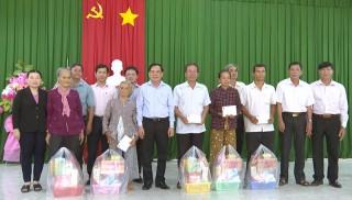 Phó bí thư Tỉnh ủy Trần Ngọc Tam thăm 10 hộ gia đình chính sách tại huyện Thạnh Phú