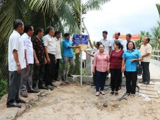 Công đoàn Viên chức tỉnh gắn biển lưu niệm công trình giao thông nông thôn