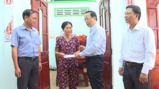 Lãnh đạo huyện Thạnh Phú thăm các hộ nhà bị sập và tốc mái do lốc xoáy