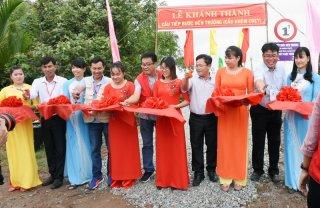 Xây cầu, khám bệnh và tặng quà cho người dân xã Thạnh Phong