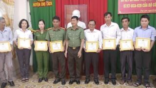 Chợ Lách khen thưởng 3 tập thể, 5 cá nhân thực hiện tốt phong trào toàn dân bảo vệ an ninh Tổ quốc