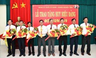 Đảng ủy Khối Cơ quan - Doanh nghiệp tỉnh kỷ niệm Cách mạng tháng Tám, Quốc khánh 2-9 và trao Huy hiệu Đảng