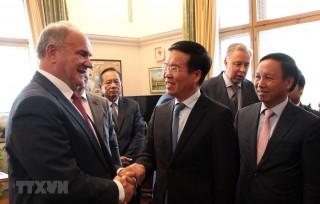 Trưởng Ban Tuyên giáo Trung ương làm việc với lãnh đạo các chính đảng Nga