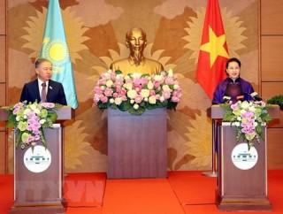 Chủ tịch Quốc hội và Chủ tịch Hạ viện Kazakhstan gặp gỡ báo chí sau hội đàm