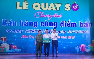 Viettel Bến Tre trao thưởng 1 lượng vàng PNJ cho điểm bán Lê Thị Lệ