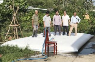 Chợ Lách triển khai mô hình túi trữ nước ngọt cho người dân