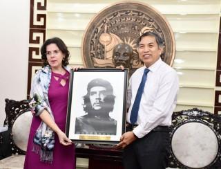 Đại sứ Đặc mệnh toàn quyền Cộng hòa Cuba Lianys Torres Rivera đến thăm Bến Tre