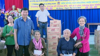 Tặng quà Tết, học bổng và học phẩm tại Thạnh Phú