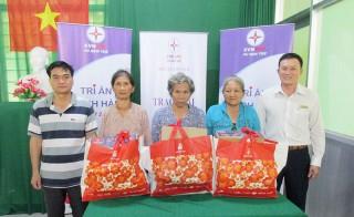 Tri ân khách hàng sử dụng điện, tặng quà cho hộ nghèo và gia đình chính sách