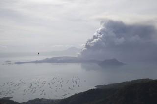 Hàng nghìn người Philippines di tản vì tro bụi núi lửa, cảnh báo nguy cơ sóng thần