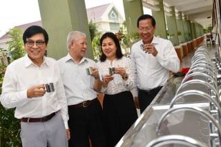Trao tặng máy lọc nước và phát học bổng cho học sinh nghèo Bình Đại