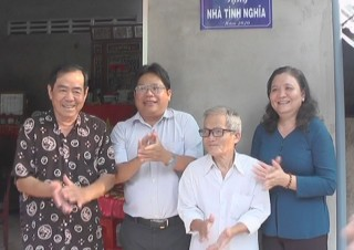 Trưởng Ban Tổ chức Tỉnh ủy trao nhà tình nghĩa tại Tân Phú Tây