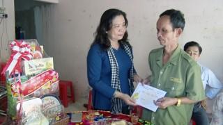 Trưởng Ban Tổ chức Tỉnh ủy thăm, chúc Tết gia đình chính sách