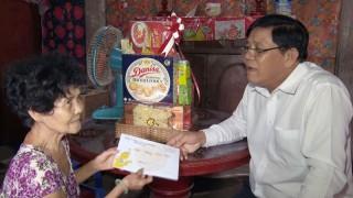 Trưởng ban Dân vận Tỉnh ủy thăm tặng quà Tết gia đình chính sách