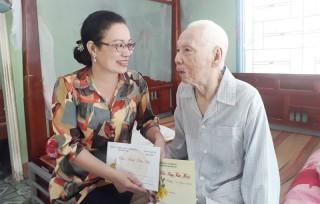 Bí thư Huyện ủy Giồng Trôm thăm gia đình chính sách, hộ nghèo