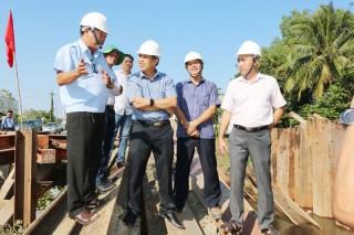 Khảo sát tiến độ công trình đập tạm ngăn mặn trên sông Ba Lai