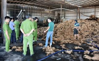 Cháy cơ sở sản xuất chỉ xơ dừa thiệt hại khoảng 450 triệu đồng