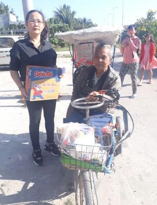Trao quà hỗ trợ cho người già neo đơn, người tàn tật