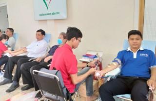 Cán bộ, nhân viên ngành ngân hàng hiến máu nhân đạo