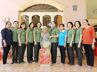 """Hội Phụ nữ Công an tỉnh thăm, tặng quà các cụ từng tham gia """"Đội quân tóc dài"""""""