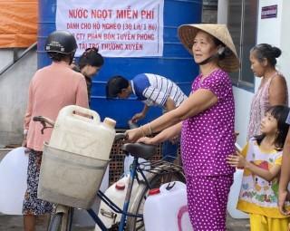 Thương binh Huỳnh Hữu Nghĩa vận động tặng bồn chứa, nước ngọt cho người nghèo