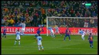 Trọng tài hỗ trợ, Messi lập công mang về ngôi đầu cho Barca