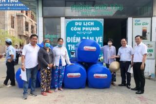 Công ty cổ phần Nước - Môi trường tặng bồn trữ nước cho nhân dân