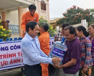 Tổng Công ty Điện lực Miền Nam tặng máy lọc nước và nước uống cho người dân vùng hạn, mặn