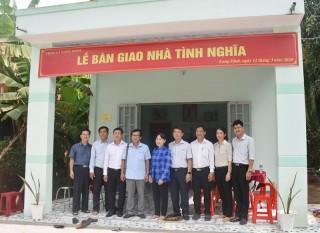Bàn giao nhà tình nghĩa cho bà Nguyễn Thị Hoa