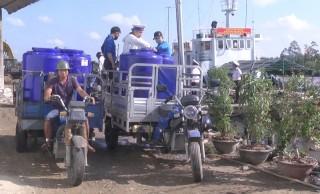 Bộ tư lệnh Vùng 2 Hải quân hỗ trợ dụng cụ trữ nước cho nhân dân Chợ Lách