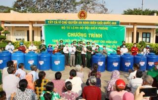 Bộ Tư lệnh Bộ đội Biên phòng trao tặng bồn chứa nước và cấp nước ngọt cho nhân dân