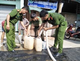 Công an huyện Mỏ Cày Bắc tặng nước ngọt sinh hoạt cho người dân