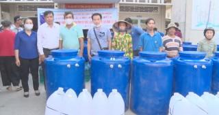 Tặng bồn chứa nước cho người dân xã Hòa Lộc, huyện Mỏ Cày Bắc