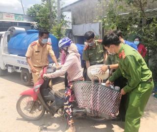Đoàn Thanh niên Công an huyện Chợ Lách tặng nước ngọt cho người dân