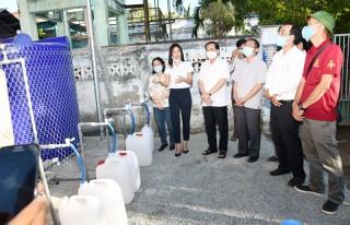 Ca sỹ Thủy Tiên tặng 8 máy lọc nước tại Bến Tre