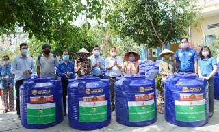 YBA Bến Tre - Quỹ từ thiện trao tặng 50 bồn nước tình thương