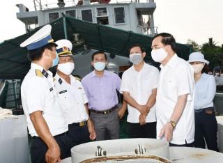 Phó bí thư Thường trực Tỉnh ủy thăm, tặng quà cho chiến sĩ tàu 937