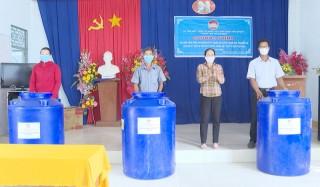 Hoạt động hỗ trợ người dân ứng phó hạn mặn, phòng chống dịch bệnh Covid-19