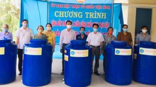 Trao bồn chứa nước cho người dân ở Mỏ Cày Nam, Mỏ Cày Bắc