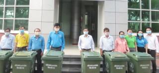 Trao tặng 30 thùng đựng rác thải cho hai khu công nghiệp An Hiệp và Giao Long