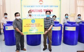 Bảo hiểm xã hội trao 83 bồn chứa nước khắc phục hạn mặn