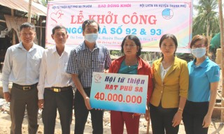 Báo Đồng Khởi - Hội từ thiện Hạt Phù Sa trao tiền hỗ trợ xây nhà tình thương tại Thạnh Phú