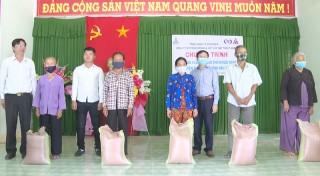 Hỗ trợ 14 tấn gạo cho gia đình chính sách khó khăn, hộ nghèo, cận nghèo